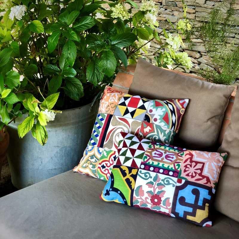 Cojines de algodón de la colección Baldosas Modernistas Medidas disponibles 45x30 cm y 45x45 cm.
