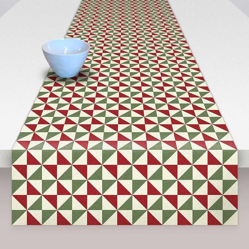 Camino de mesa de tela de algodón de la colección Baldosas. Triángulos rojos, verdes y blancos