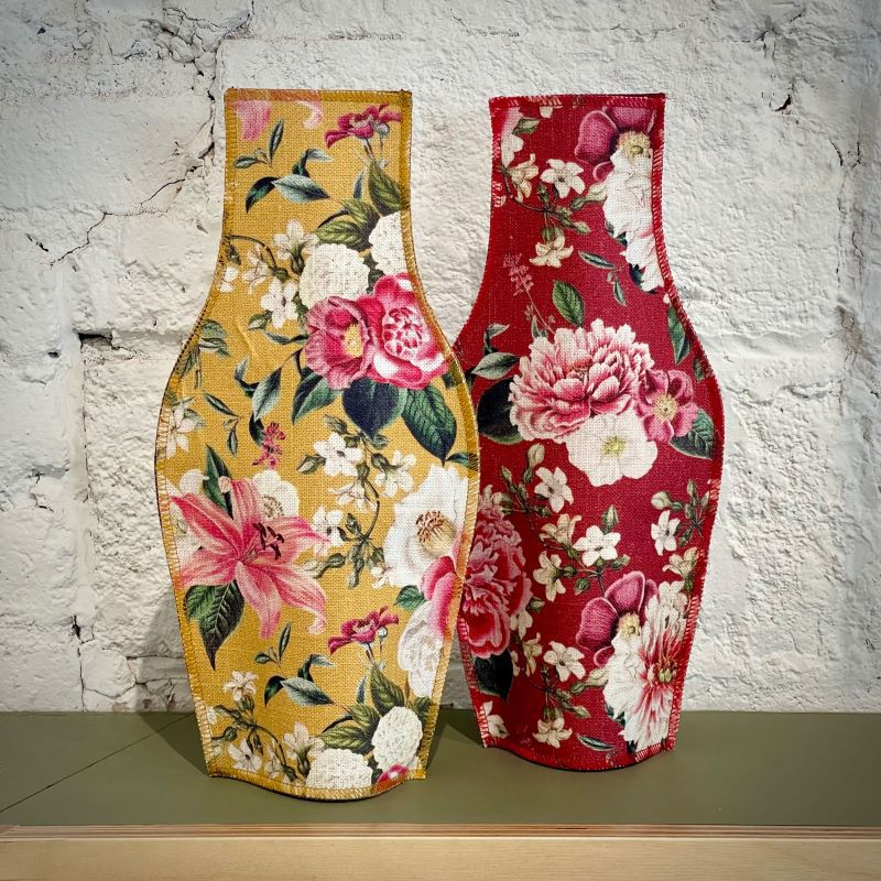 Dos models de gerros de tela de cotó, disseny floral sobre fons ocre o granat