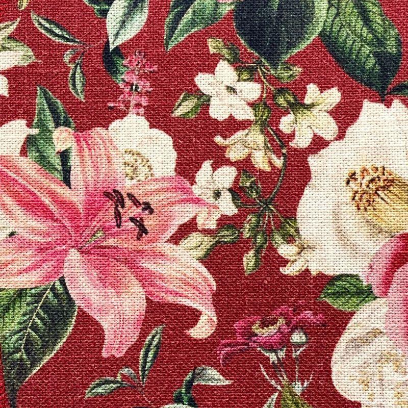 Detall de la tela de cotó amb disseny floral sobre fons granat